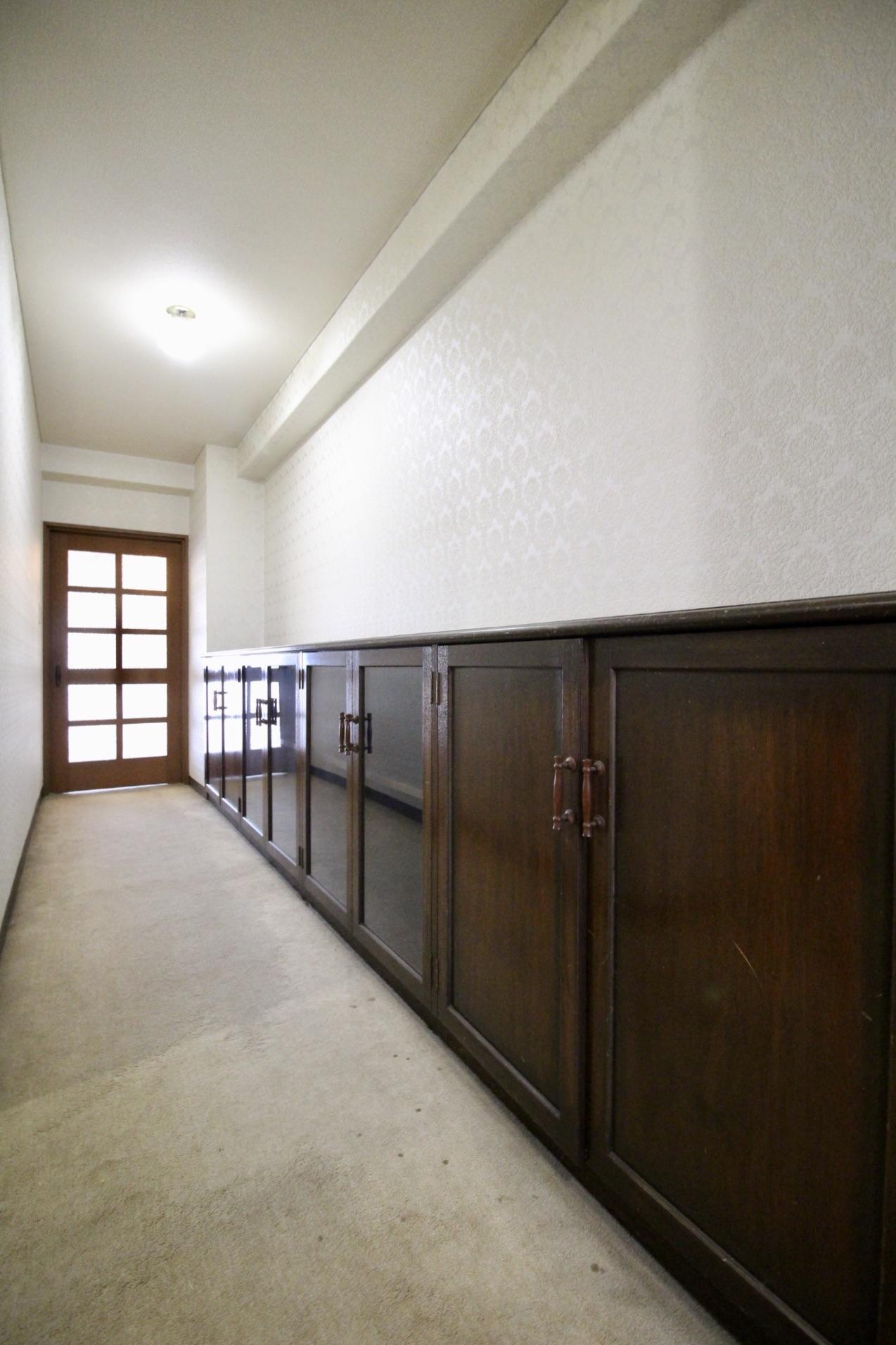 玄関入るとズラリとクラックな収納棚