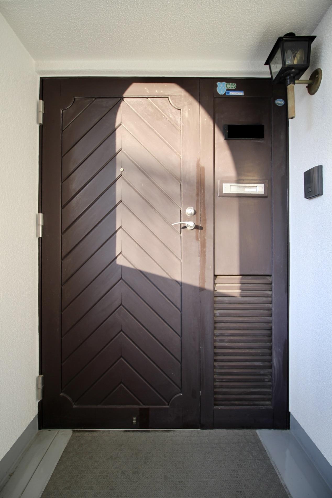 玄関ドアもレトロ