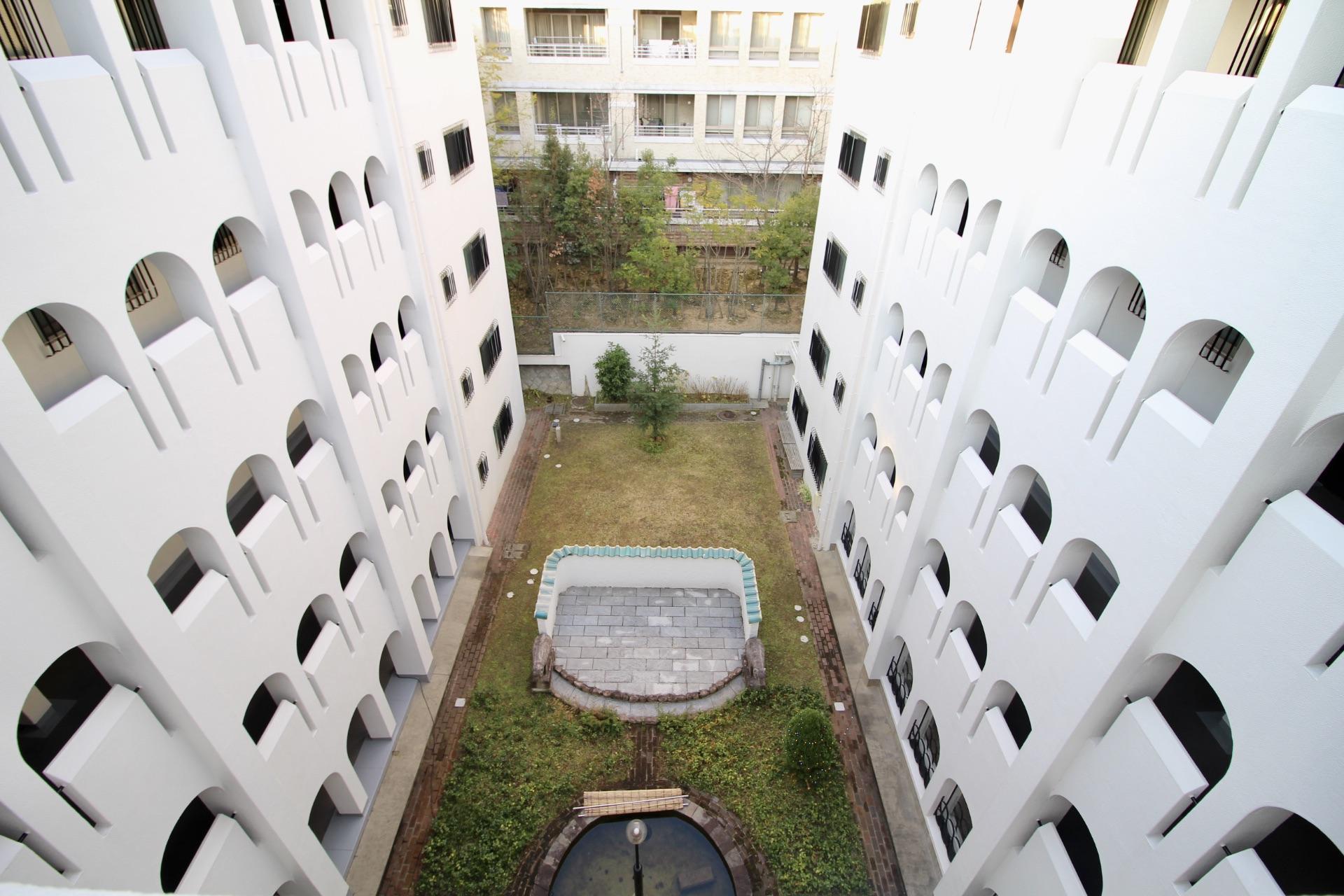 本物件のある5階から中庭を見下ろす