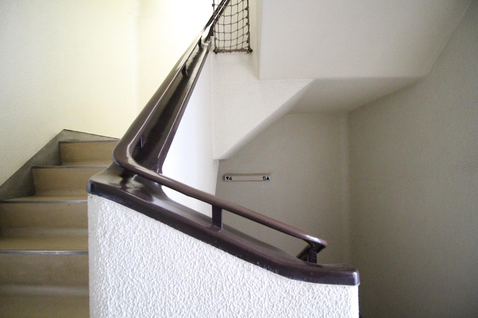 共用階段のこの手すりも美しい...