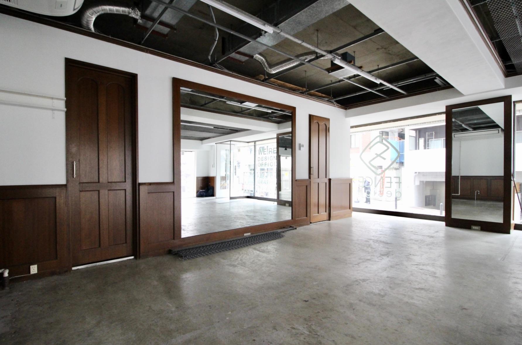 クラシックな木製の建具や腰壁