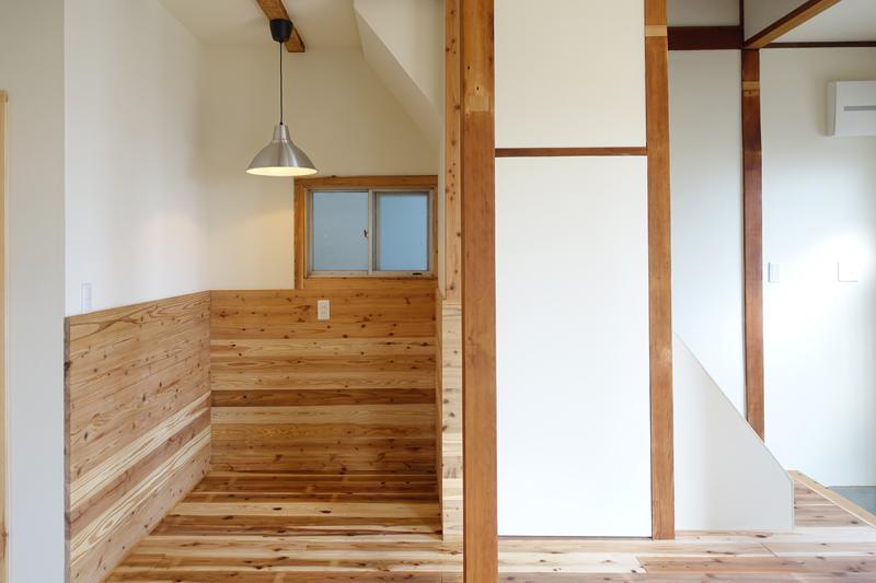 階段下のダイニングスペース