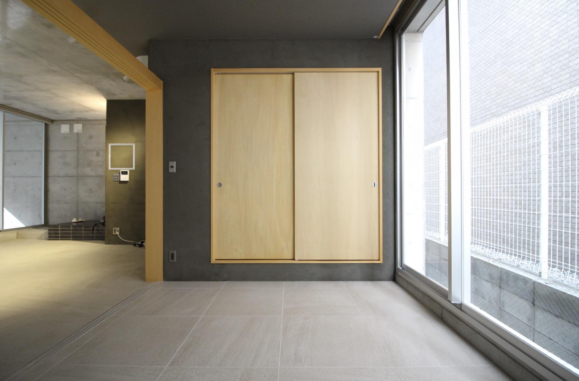 シンプルながら表情のある素材を多用し、建具は木製であたたかみも感じる