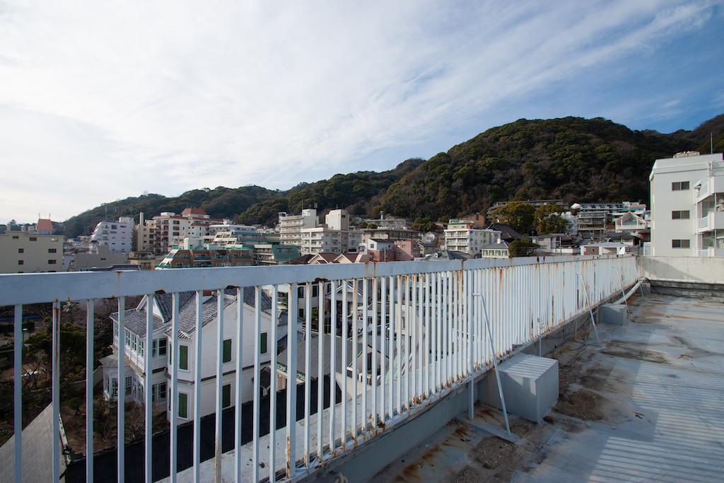 屋上からは神戸を一望。山景色も