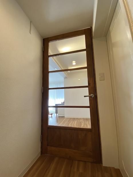 無垢材のリビング扉。開放感と重厚感。