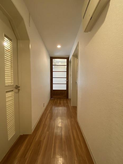 扉のコントラストが光る廊下