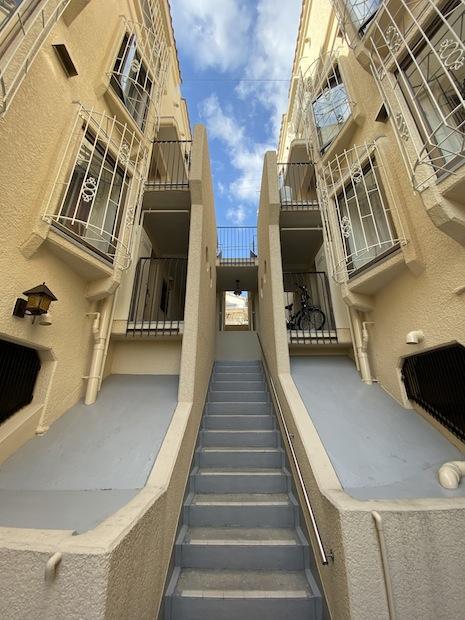 1階への階段。異国に迷い込んだような錯覚を覚える。