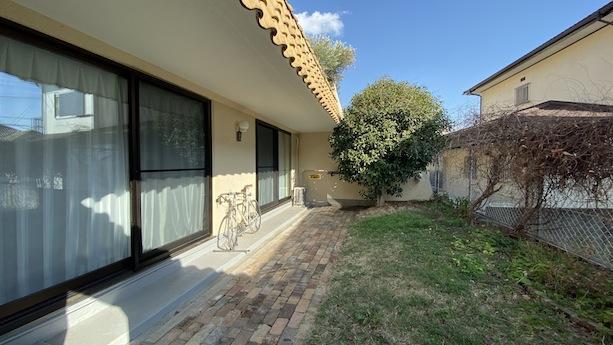 思いっきり菜園が楽しめちゃう!?オレンジ瓦にレンガタイルと芝生敷の庭。金木犀がご愛嬌。