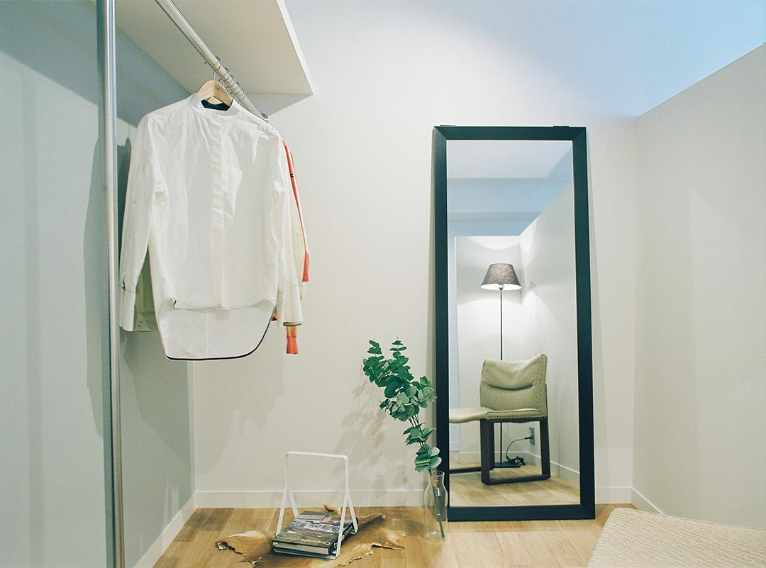 天井までない壁で仕切られた、LDKと緩やかに繋がるstorage。多様な使い方ができる空間です。