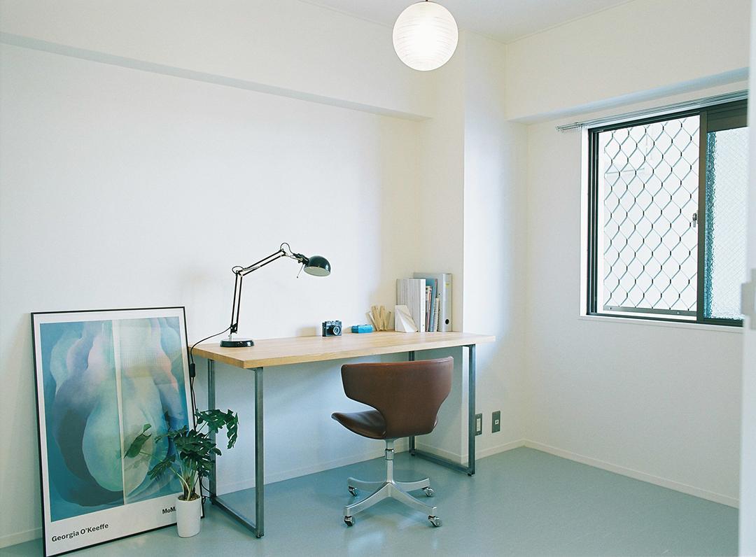 Room1。白いクロス、グレーのビニル床タイルでシンプルに仕上げました。