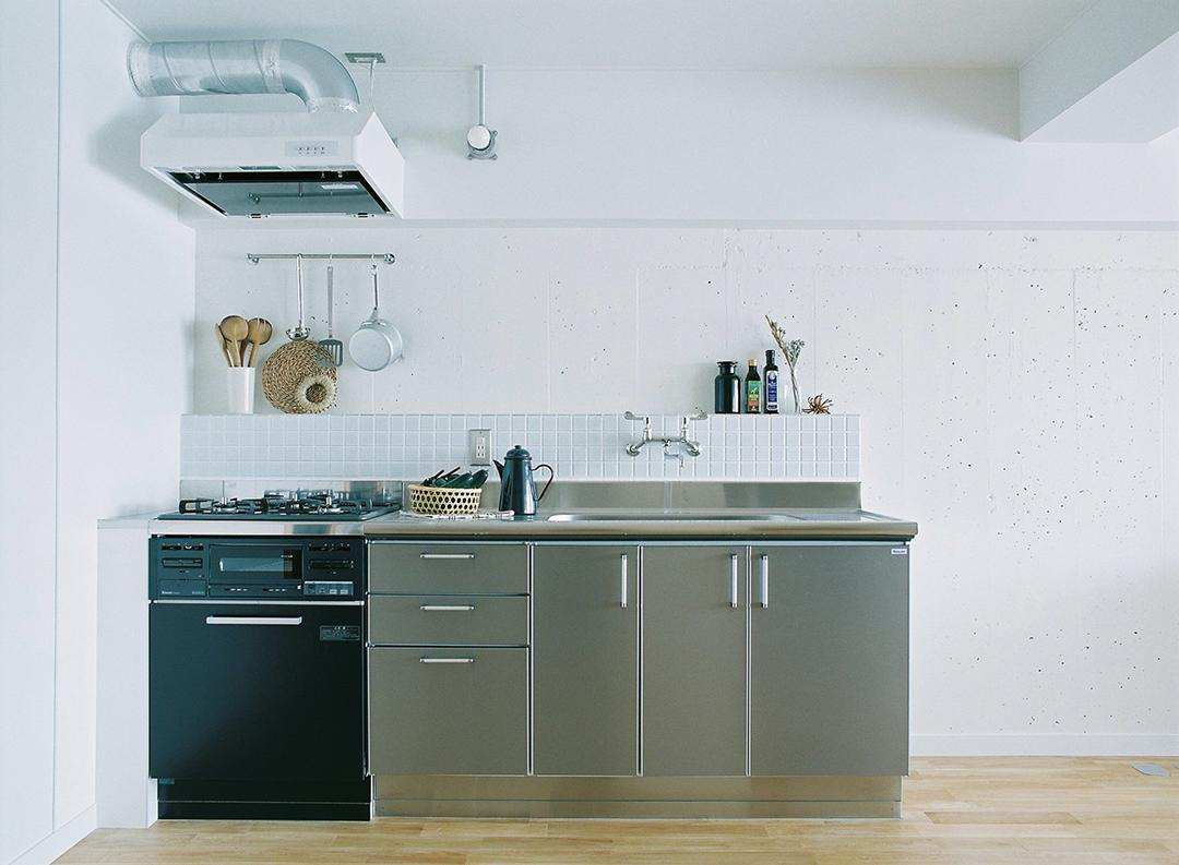 清潔感のある白いタイルに、シンプルなステンレス製のキッチン。