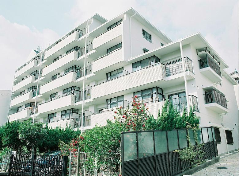 外観。閑静な住宅街に佇む、白いタイル張が印象的なマンションです。