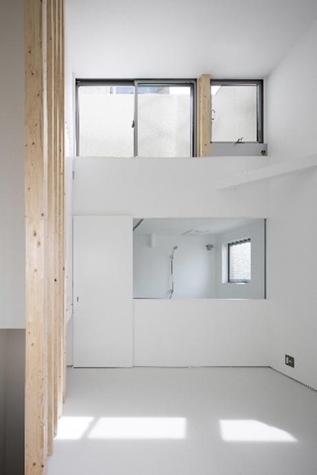 天井が高くて光が差し込む開放的な空間