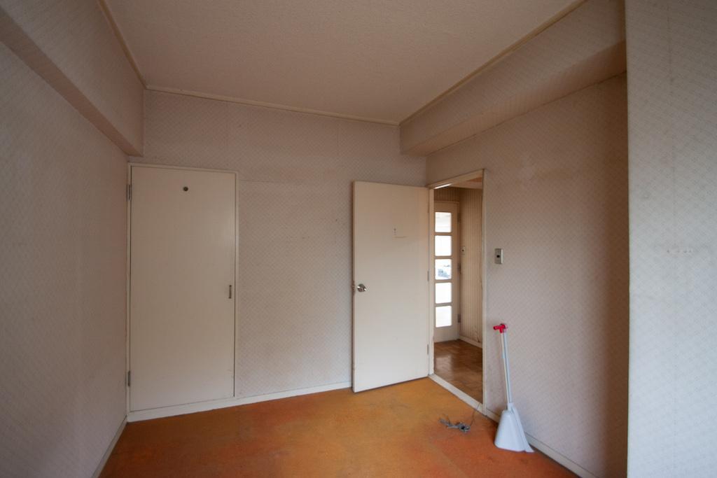 玄関入ってすぐの洋室