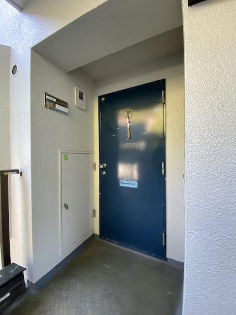 深いブルーの鉄扉が渋い