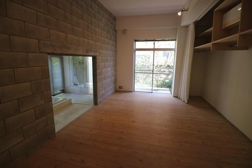 浴室と寝室を隔てる石積みのような壁の迫力。