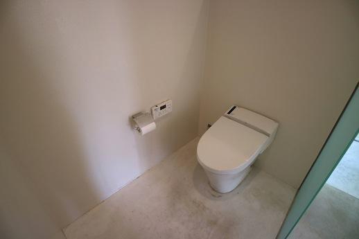 トイレもミニマルで美しい。
