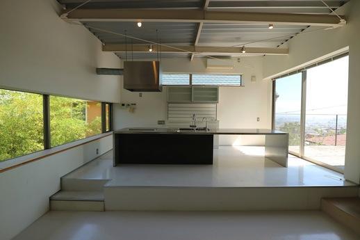 閉じた風景と開けた風景の狭間にあるキッチン