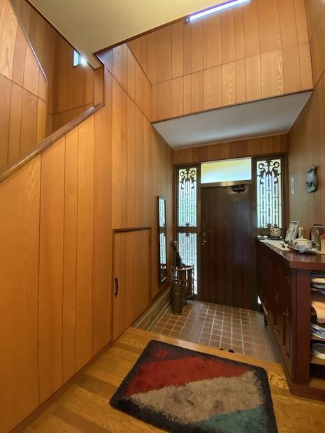 玄関。温かい木の質感。