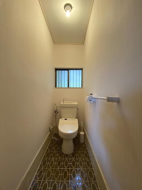 広いトイレ。レトロな床模様はそのままでいいかも。