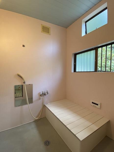 お風呂。窓から明かりとミドリの借景