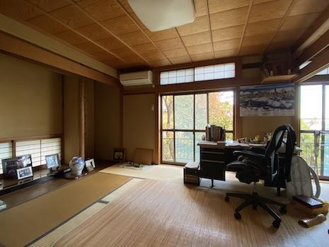 1階北側二間続きの和室。川のせせらぎが聴こえ、雑木林の借景が楽しめる。