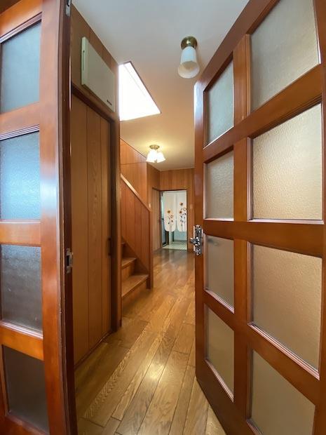 リビングに入る大きな親子扉はレトロで愛らしい