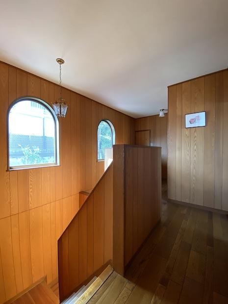 2階廊下。吹抜けにR窓や照明がレトロ