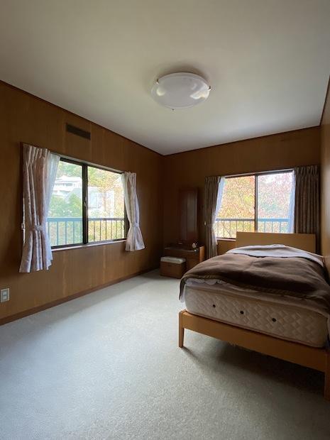 2階北西洋室。二面窓から山小屋のような朝を堪能できる。
