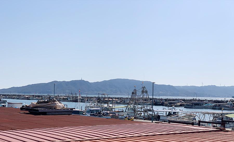 漁港の風景と淡路島