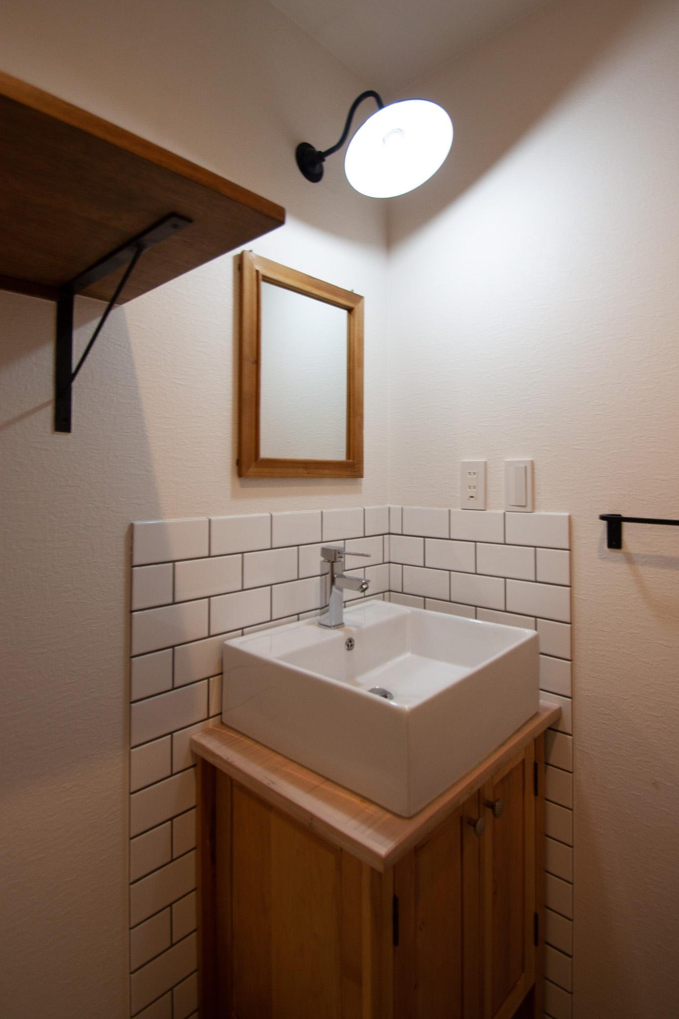 タイルと木の質感で可愛い洗面台