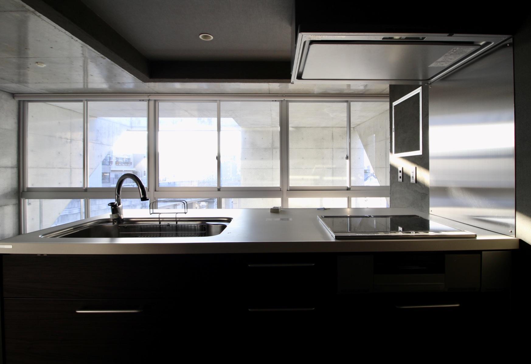 外の眺めを見ながら料理(5F)