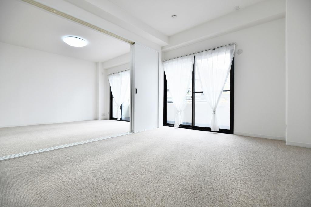 室内から木々を望み四季を感じる南側LDK・洋室