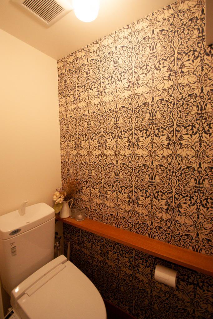 アクセントクロスの貼られたトイレ