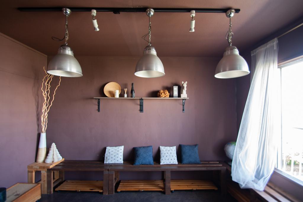 くすんだピンクの壁がいい色