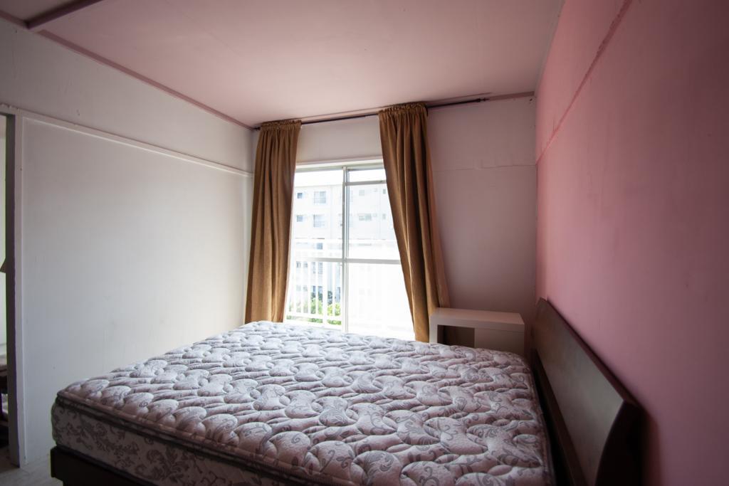 リビング横の洋室はピンク色