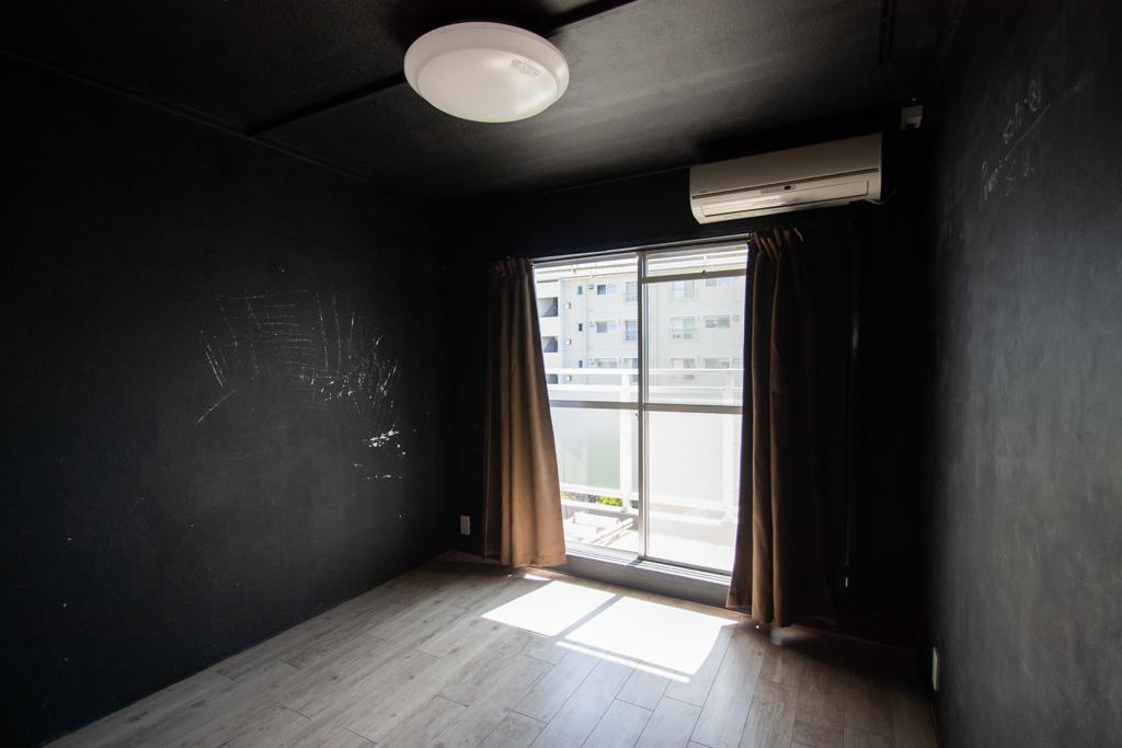 黒い部屋もございます
