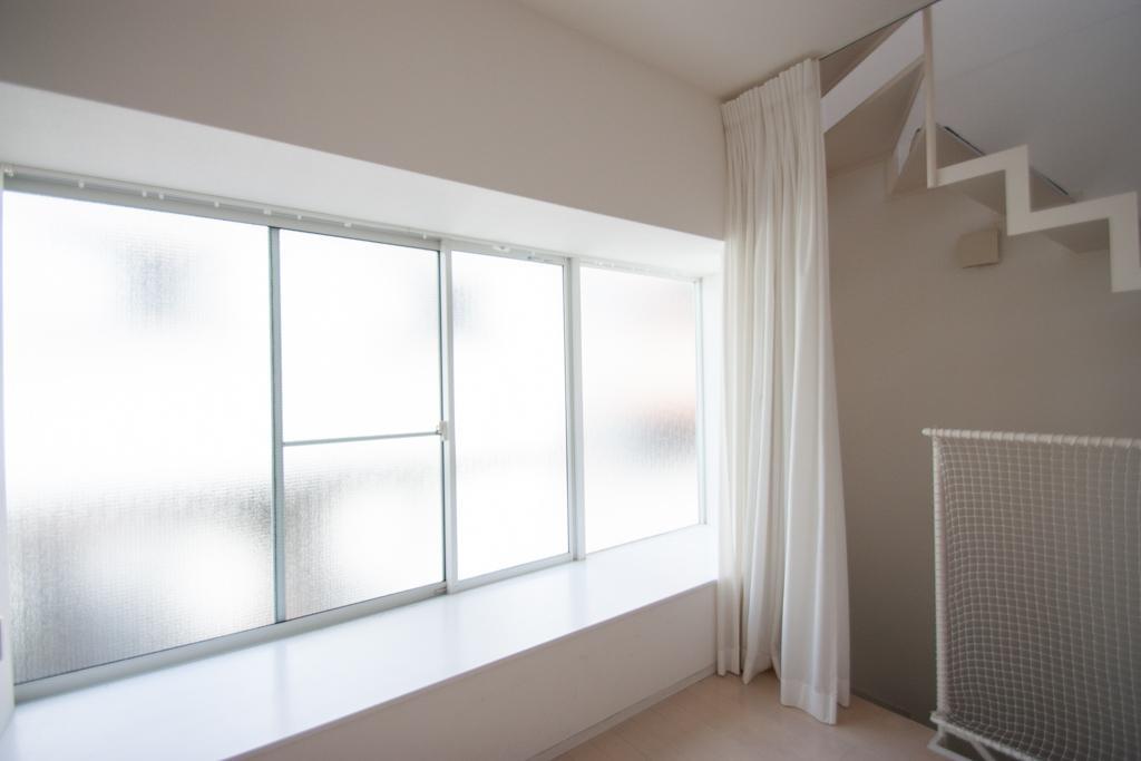 窓辺に植物を飾ったり、テレビボードにしたり(2階)