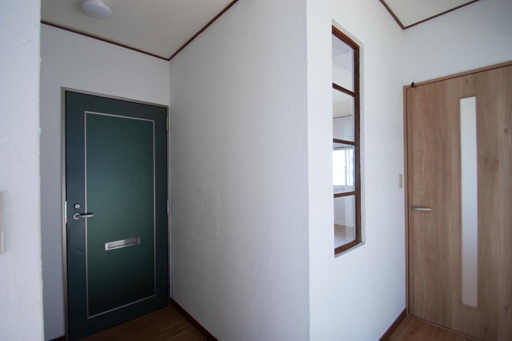 室内に出現する玄関扉の謎