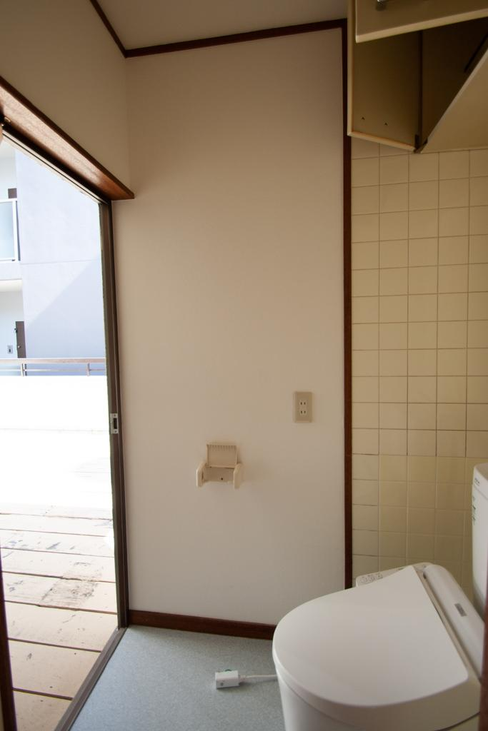 ルーフバルコニーと直結のトイレ。扉を閉めていればノープロブレム。