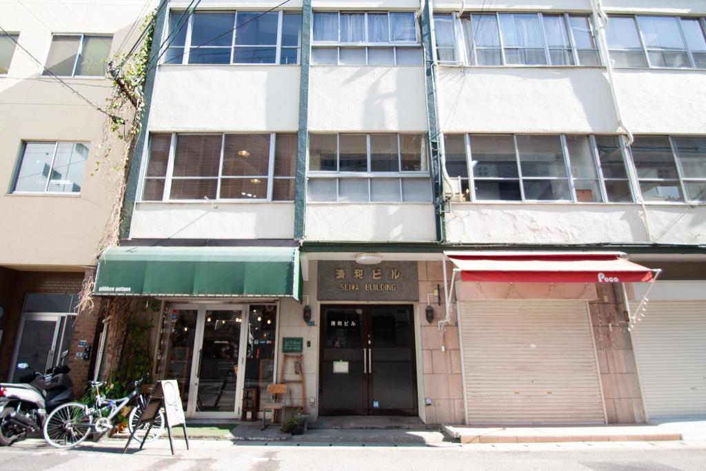 右隣の雑居ビルには楽しいお店がいくつか。おしゃれな時計屋さんや雑貨屋さんなど