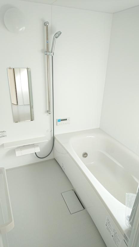 足を伸ばして入ることができる浴室。明るくて気持ちがいい。