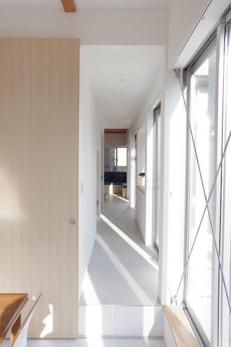 庭に面する1階の長い廊下。生活の風景が生まれる仕掛けがそこかしこに。