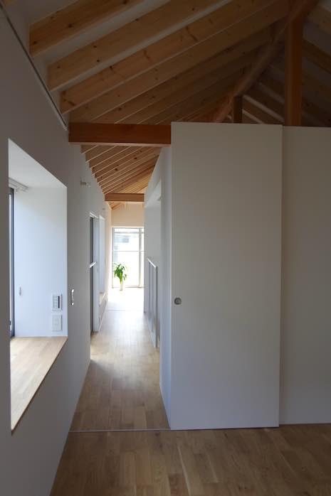 小屋梁むき出しの2階はワンフロアのような一体感。