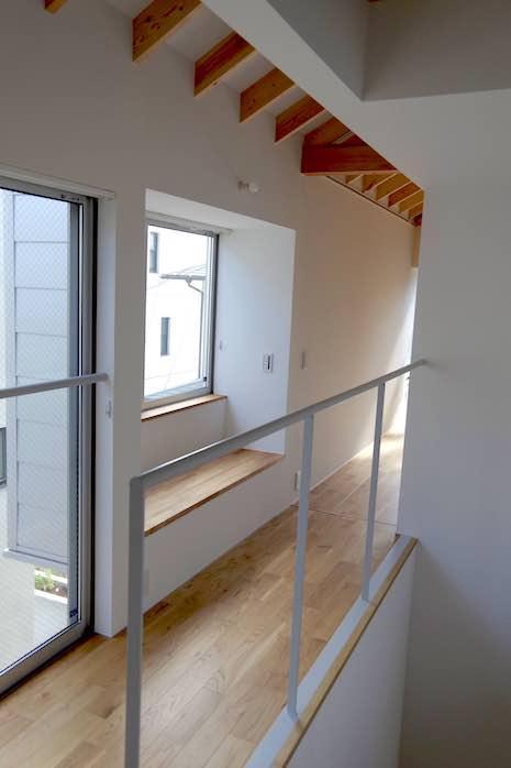 2階の廊下にもベンチシートが。寝る前にグダグダ過ごしたくなる。