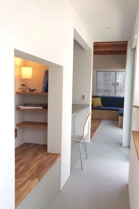 1階廊下途中の書棚ベンチシートと腰掛けや寝転びも可能な窓カウンター。