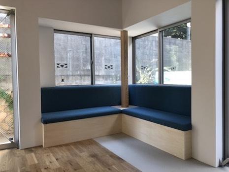 リビングのベンチソファーは庭にせり出し、窓がある。外部との親和性が高いスペース。