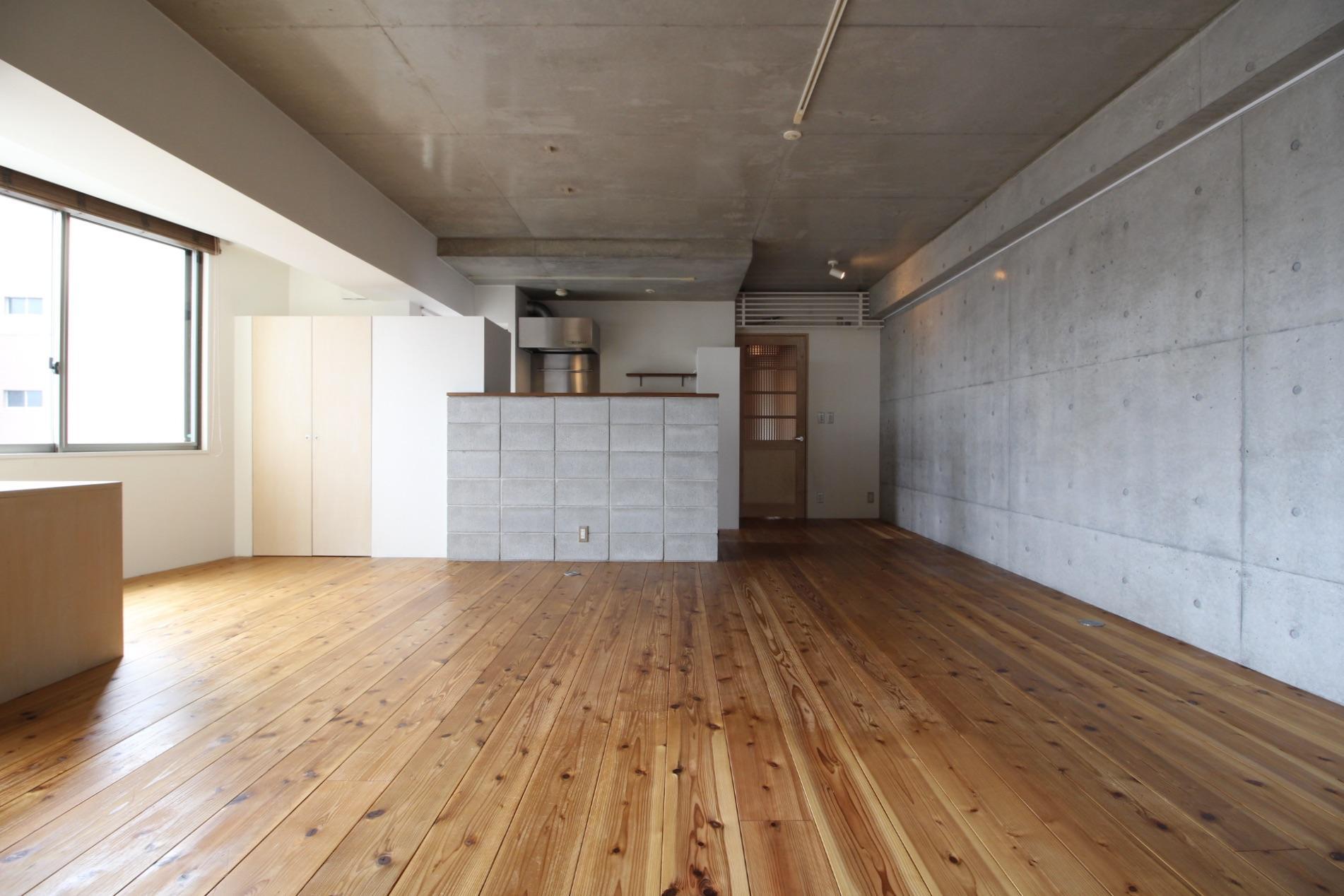 幅広の無垢杉の床にコンクリート打放と、窓辺は白の塗装仕上で光を取り入れる