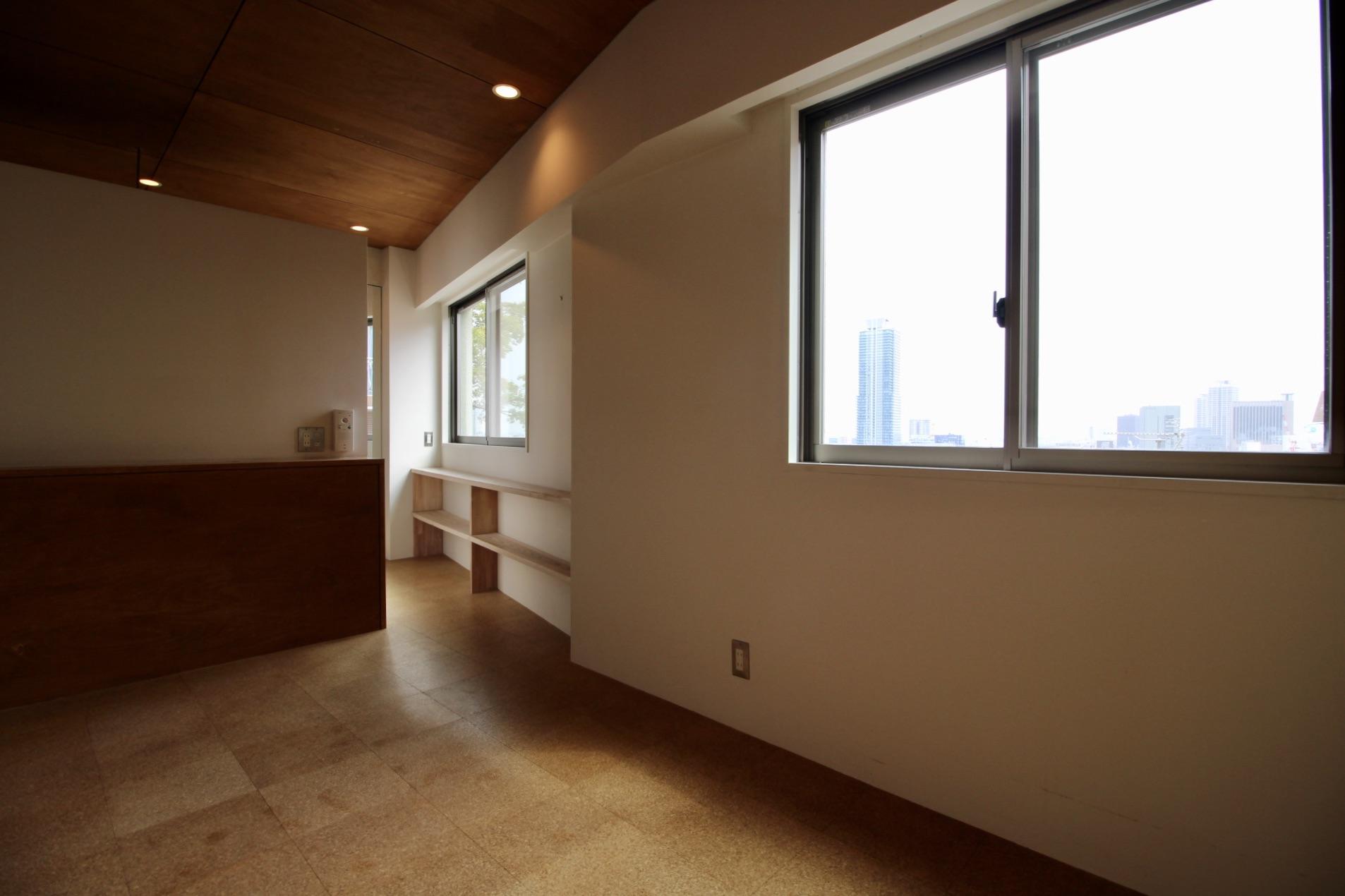 板張りの天井の寝室からの眺めも抜群