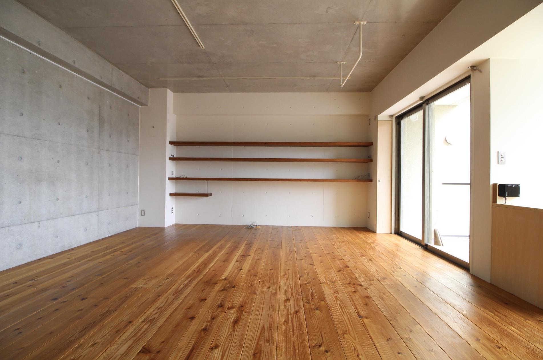 壁一面の棚にお気に入りの雑貨や本を並べたい